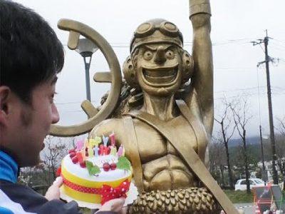 ウソップ像に誕生日ケーキ